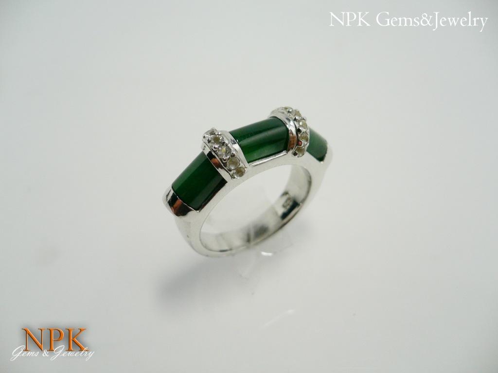 แหวนหยกพม่าประดับไวท์ซัฟไฟร์ (Burma Jade Silver Ring)