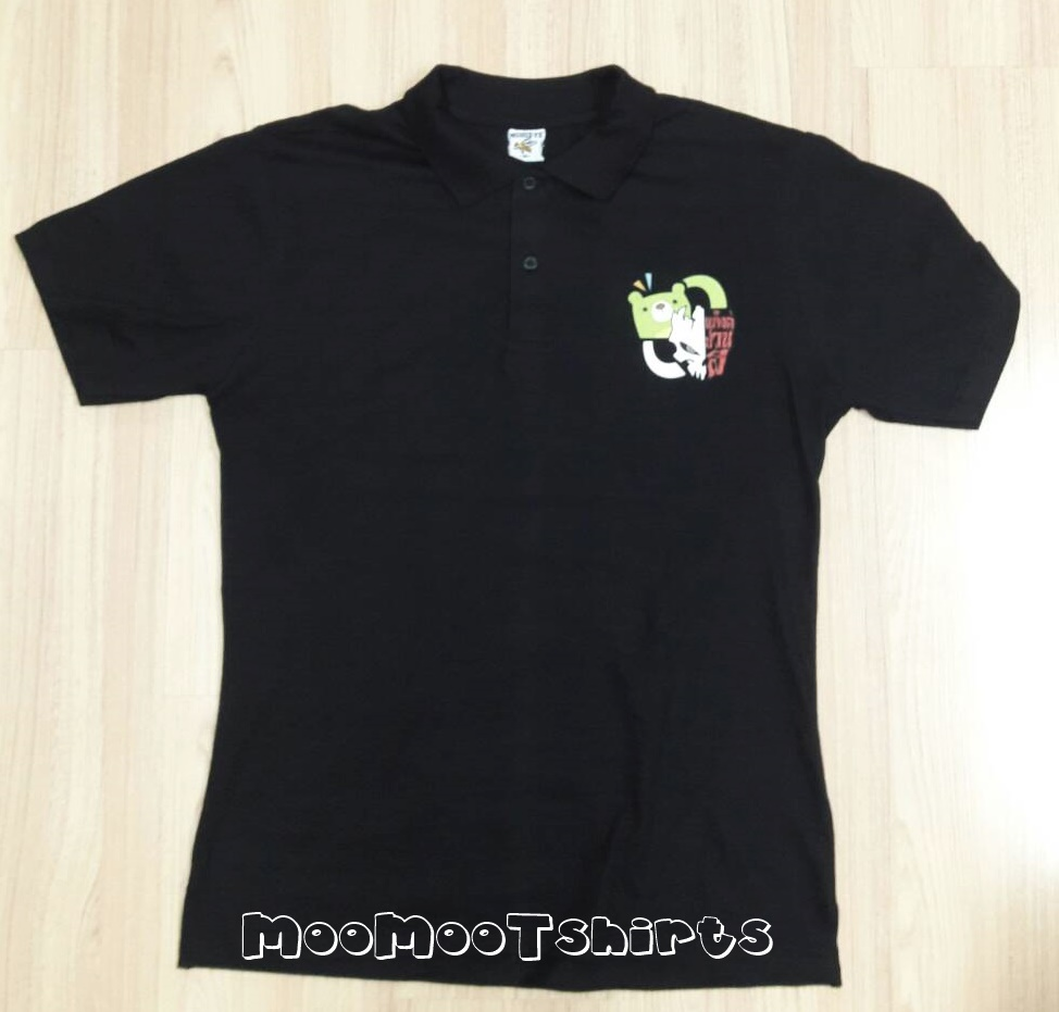 เสื้อโปโลเนื้อเรียบสีดำ พิมพ์โลโก้อกซ้าย ด้วยระบบดิจิตอล งานดีมีคุณภาพ งานสกรีนเสื้อ DTG ต้อง MooMooTshirts