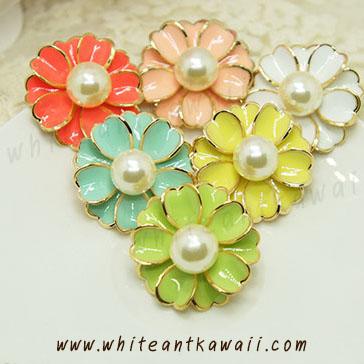 [พร้อมส่ง] E7245 ต่างหูหนีบ รูปดอกไม้ เกสรมุก ตับขอบทองสวยหรู Sweet Flower Earring