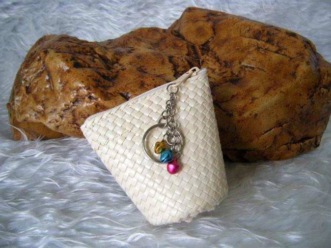 กระเป๋าใส่เหรียญและพวงกุญแจใบลาน