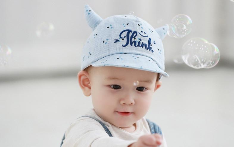 หมวกแก๊ปสีฟ้ามีเขาลายสามเหลี่ยม แพ็ค 3 ชิ้น