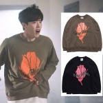 เสื้อแขนยาว (Sweater) ลายกุหลาบ แบบ Lee Jongsuk ในซีรี่ย์ While You Were Sleeping