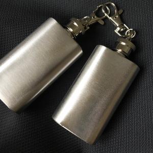 กระป่องสแตนเลส เรียบ สำหรับพกพา บรรจุ 2 oz (ใส่เหล้าหรือสำรองน้ำมัน ของเหลวระเหยไวได้)