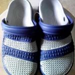 รองเท้าหัวตัวสีน้ำเงิน คู่ละ 85 บาท