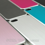 case iphone 5 เคสไอโฟน5 ตัวเคสทำจากโลหะออกเงาด้านๆ โชว์ลายโลหะเป็นลายทาง ขอบขาว+เงินเงาๆ สวยมาก มีหลายสี ทั้งสีหวาน สีโลหะ